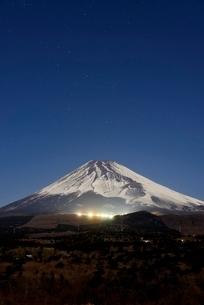 静岡県 スキー場が光る夜の富士山の写真素材 [FYI02677080]