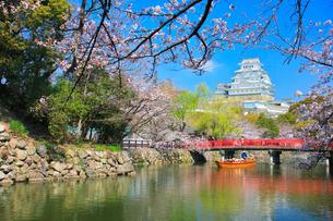 姫路城 天守閣と桜に赤い城見橋と観光学習船の写真素材 [FYI02677092]