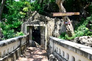 カオ・ルアン洞窟寺院の洞窟ゲートの写真素材 [FYI02677167]
