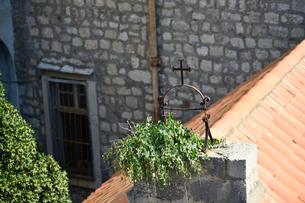 ドゥブロヴニク旧市街、屋根の十字架の写真素材 [FYI02677183]