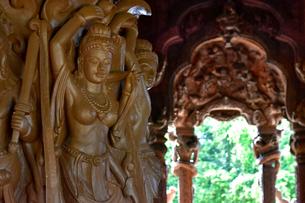 サンクチュアリ・オブ・トゥルースの木彫の写真素材 [FYI02677193]