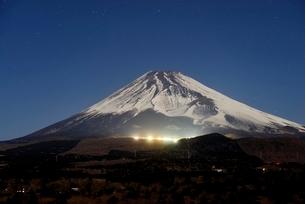 静岡県 スキー場が光る夜の富士山の写真素材 [FYI02677203]
