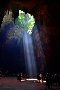 カオ・ルアン洞窟寺院 木もれ日の写真素材 [FYI02677238]