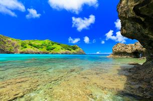 小笠原諸島父島 小港海岸の枕状溶岩と海の写真素材 [FYI02677261]