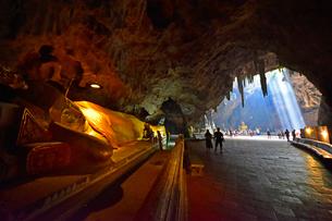 カオ・ルアン洞窟寺院 境内の涅槃仏の写真素材 [FYI02677282]