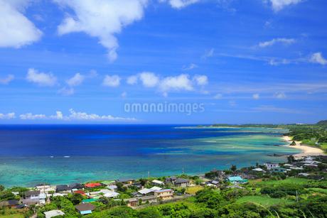 奄美大島 笠利の街並みとあやまる岬の写真素材 [FYI02677308]