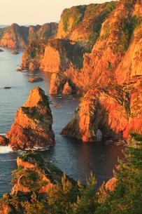 朝日に染まる北山崎断崖の写真素材 [FYI02677309]