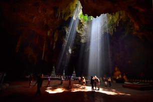 カオ・ルアン洞窟寺院 木もれ陽の写真素材 [FYI02677310]