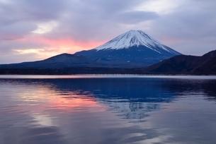 本栖湖湖畔より望む富士山と朝焼けに染まる雲の写真素材 [FYI02677311]
