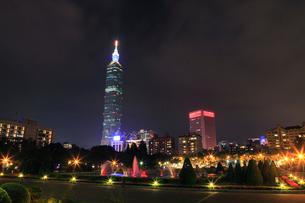 国父紀念館から望む噴水と台北101の夜景の写真素材 [FYI02677312]