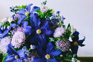 バスケットにアレンジされた初夏の花々の写真素材 [FYI02677323]
