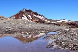 富士山山頂 コノシロ池に映る剣ヶ峰の写真素材 [FYI02677336]
