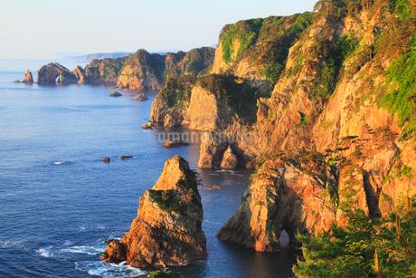 朝日に染まる北山崎断崖の写真素材 [FYI02677359]