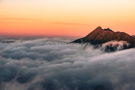 雲海 夕景 一本の木の写真素材 [FYI02677372]