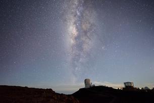 ハワイ マウイ島 ハレアカラ天文台と星空の写真素材 [FYI02677375]