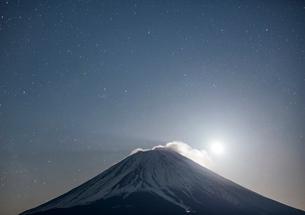 富士山と月の写真素材 [FYI02677384]