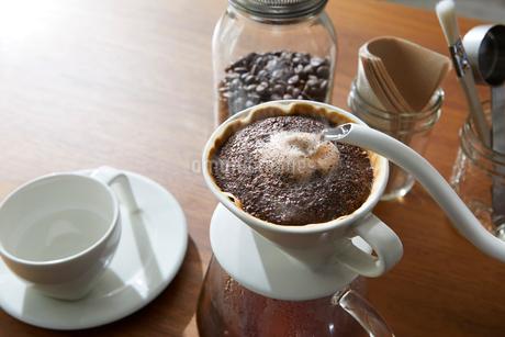 コーヒーを淹れるの写真素材 [FYI02677388]