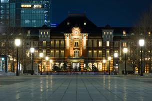 東京駅丸の内赤煉瓦駅舎と連なる街灯の写真素材 [FYI02677396]