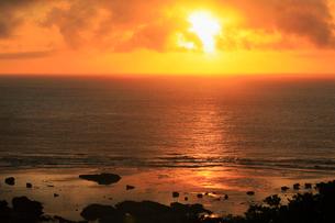 奄美大島 あやまる岬から望む朝日と海の写真素材 [FYI02677398]