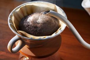コーヒーを淹れるの写真素材 [FYI02677408]