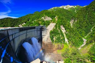夏の立山 黒部ダム観光放水と虹の写真素材 [FYI02677414]