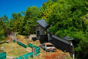 西山山麓火口散策路 被災住宅の写真素材 [FYI02677459]