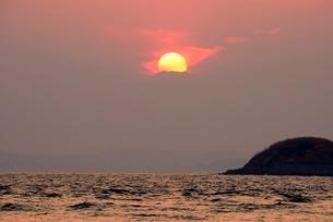 富津岬から望むダイヤモンド富士の写真素材 [FYI02677464]