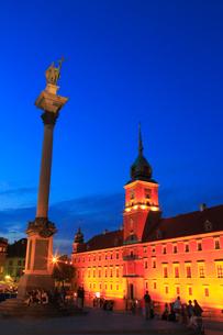 ワルシャワ 王宮広場・旧王宮のライトアップ夜景の写真素材 [FYI02677479]