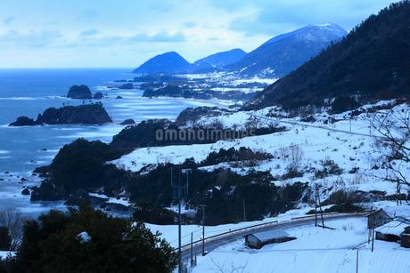 雪景色の丹後松島の写真素材 [FYI02677519]