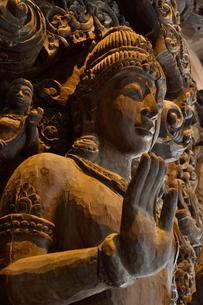 サンクチュアリ・オブ・トゥルース内部の木彫の写真素材 [FYI02677554]
