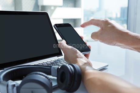 スマートフォンで検索する男性の写真素材 [FYI02677585]