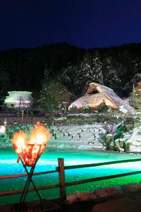 雪景色の飛騨の里 ライトアップ夜景の写真素材 [FYI02677592]