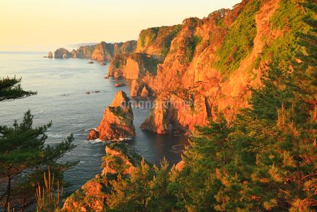 朝日に染まる北山崎断崖の写真素材 [FYI02677599]