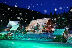 雪景色の飛騨の里 ライトアップ夜景の写真素材 [FYI02677625]