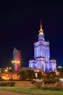 ワルシャワ デフィラト広場と文化科学宮殿のライトアップ夜景の写真素材 [FYI02677649]