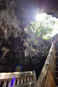 カオ・ルアン洞窟寺院 木もれ日の写真素材 [FYI02677664]