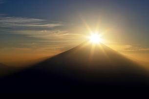 安倍奥山地より望むダイヤモンド富士の写真素材 [FYI02677672]