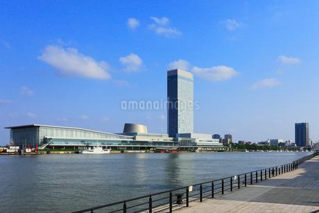 朱鷺メッセと信濃川の写真素材 [FYI02677693]