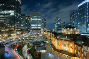 東京駅丸の内赤煉瓦駅舎と丸の内ビル群の写真素材 [FYI02677698]