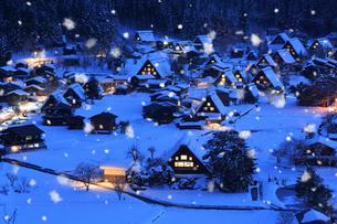 荻町城跡展望台から望む雪景色の白川郷の夜景の写真素材 [FYI02677745]
