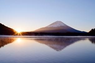 精進湖より望む日の出と富士山の写真素材 [FYI02677749]