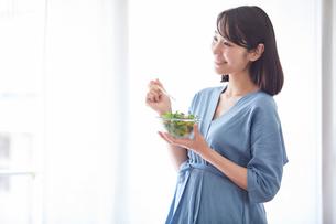 サラダを食べる女性の写真素材 [FYI02677774]