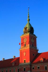 ワルシャワ 夕日に染まる王宮広場の旧王宮の写真素材 [FYI02677797]