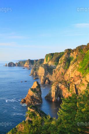 朝日に染まる北山崎断崖の写真素材 [FYI02677800]