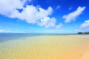 具志堅ビーチから望む海と青空に雲の写真素材 [FYI02677802]