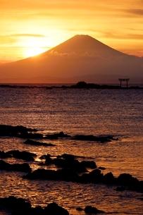 葉山町より望む富士山と夕日の写真素材 [FYI02677818]