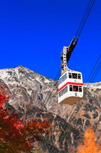 秋の奥飛騨温泉郷 紅葉に雪の笠ヶ岳と新穂高ロープウェイの写真素材 [FYI02677836]