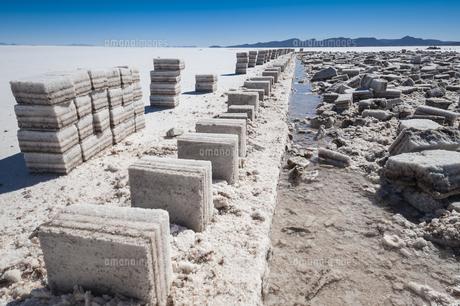 ウユニ塩湖の採潮場と塩のブロックの写真素材 [FYI02677854]
