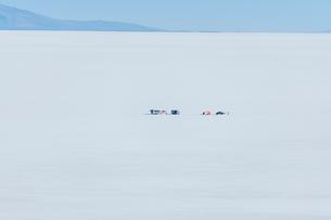 ウユニ塩湖のキャンプ地の遠望の写真素材 [FYI02677870]