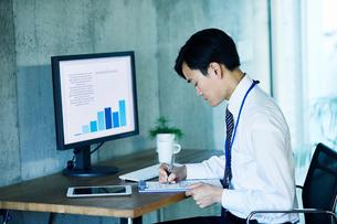オフィスで仕事をするビジネスマンの写真素材 [FYI02677886]